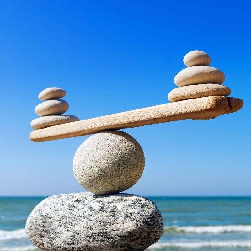 Piedras colocadas como una balanza